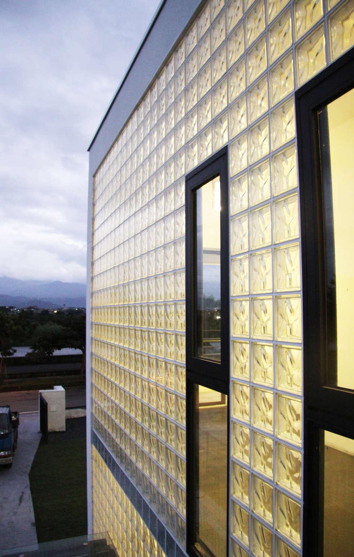 大面的採光迎接晨光:  房子 by 賴人碩建築師事務所