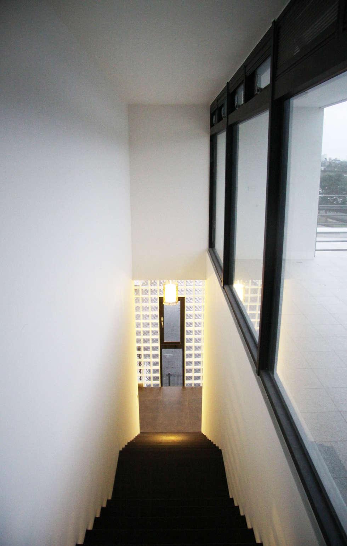 通風採光:  走廊 & 玄關 by 賴人碩建築師事務所