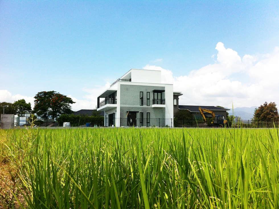 水稻田中的小屋:  房子 by 賴人碩建築師事務所