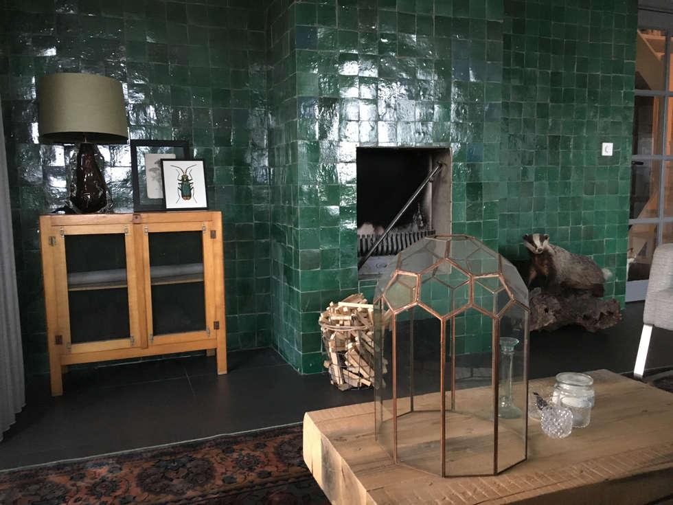Tegels tegen de wand en open haard: rustieke & brocante Woonkamer door Designtegels