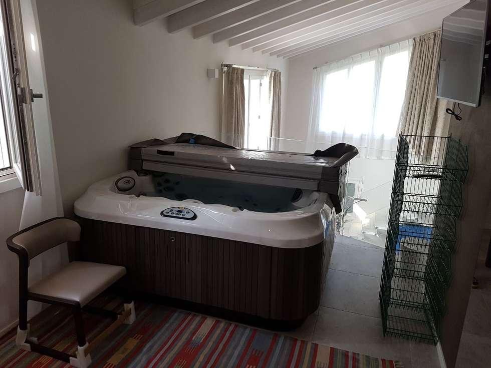 Jacuzzi da esterno o interno modello J 315 : Camera da letto in stile in stile Moderno di Aquazzura Piscine