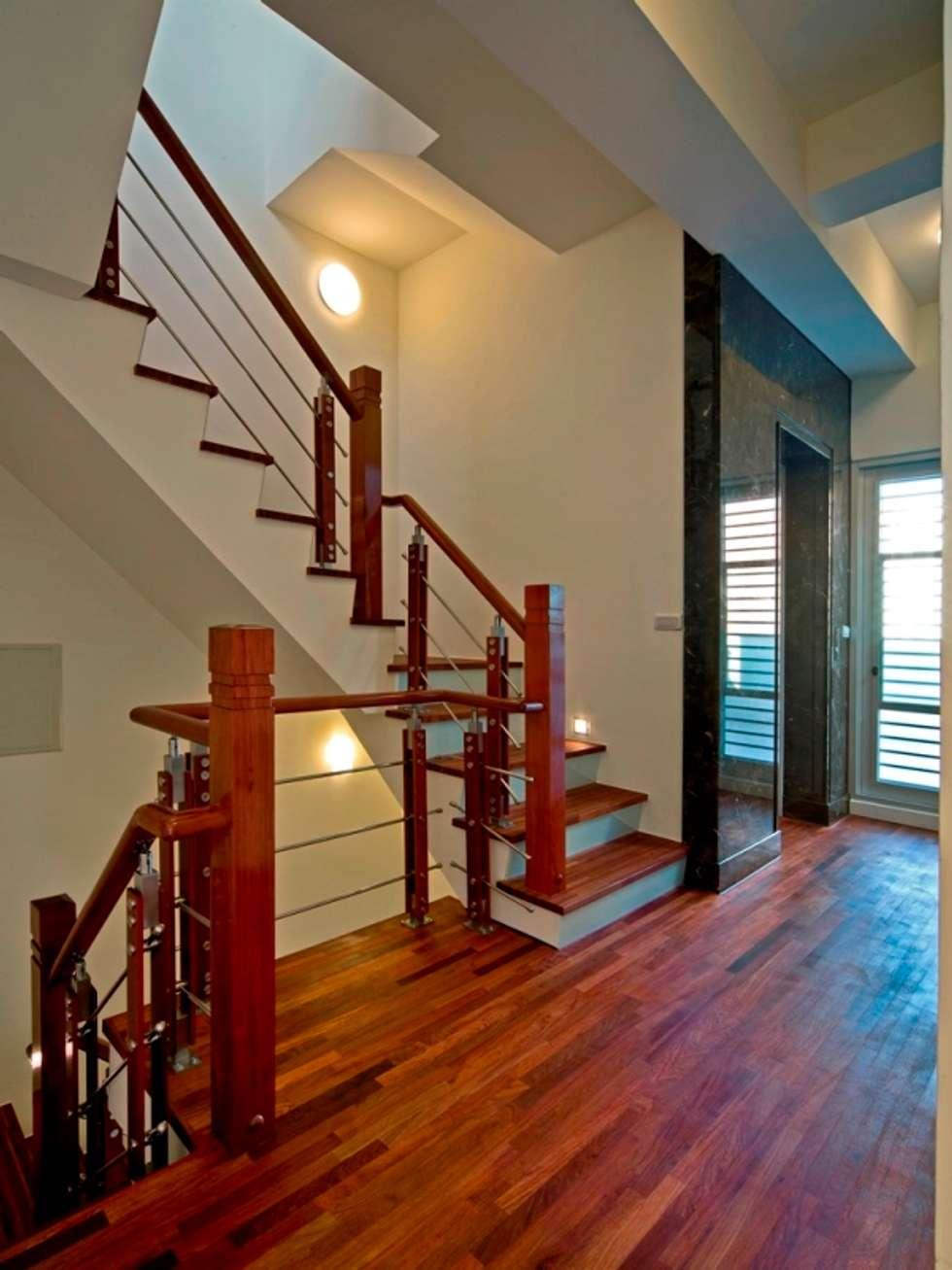 Corridor & hallway by 世家新室內裝修公司