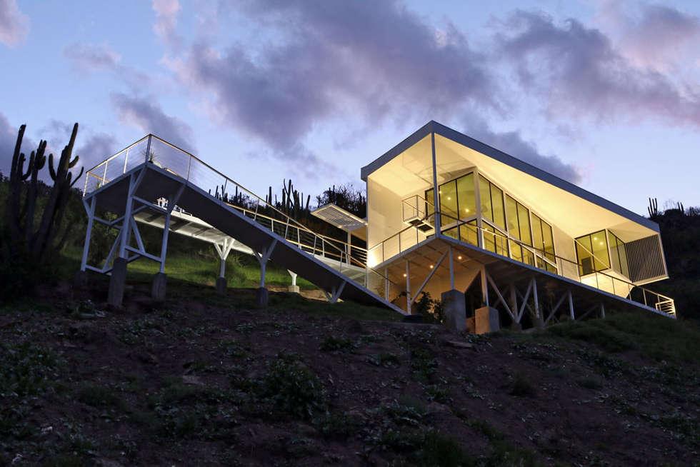 VISTA DE ACCESO RAMPAS DE ACCESO CON ILUMUNACION A MEDIA TARDE: Casas de estilo mediterraneo por Directorio Inmobiliario