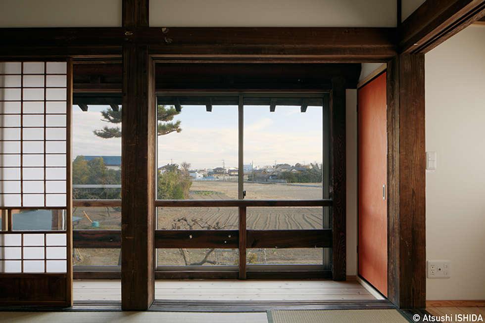 寝室-1: 西本建築事務所 一級建築士事務所が手掛けた窓です。