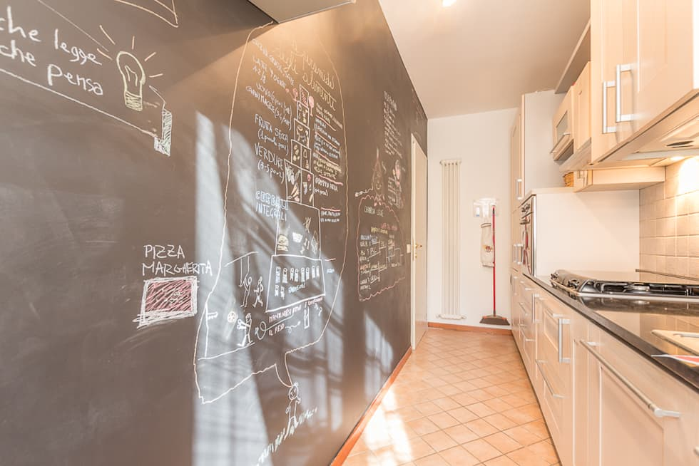Parete lavagna in cucina: Cucina in stile in stile Moderno di Anna Leone Architetto Home Stager