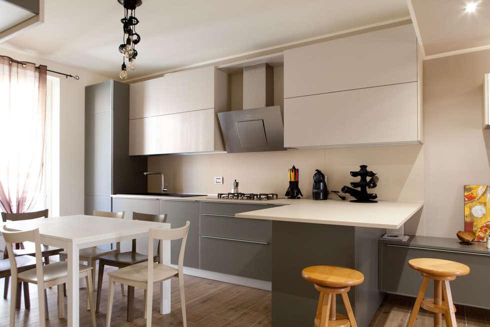 K8: Cucina in stile in stile Moderno di Andrea Picinelli