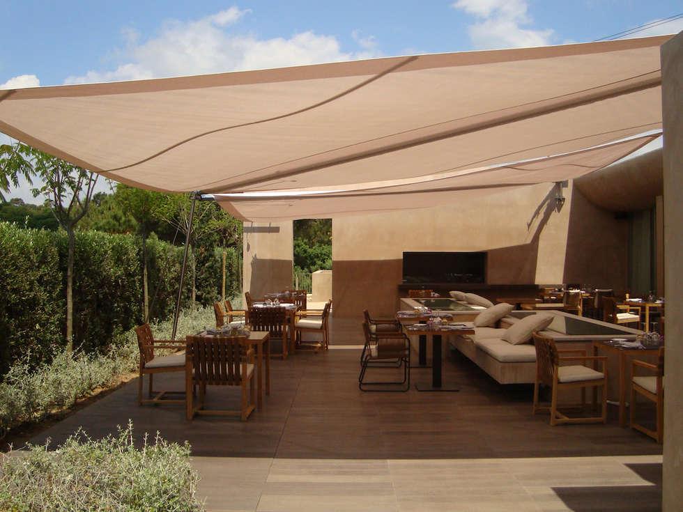 Hôtel la Réserve à Ramatuelle: Terrasse de style  par Artesun Gbr