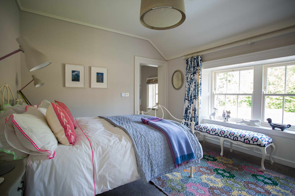 Country Manor Guest Bedroom  : classic Bedroom by Thompson Clarke