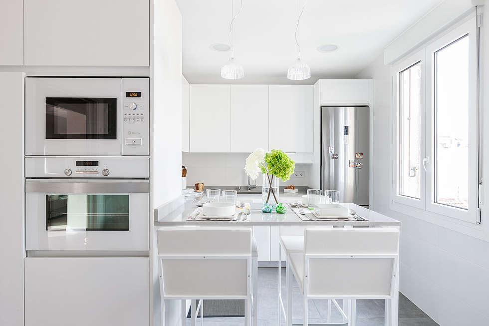 modern Kitchen by Basoa Decoración