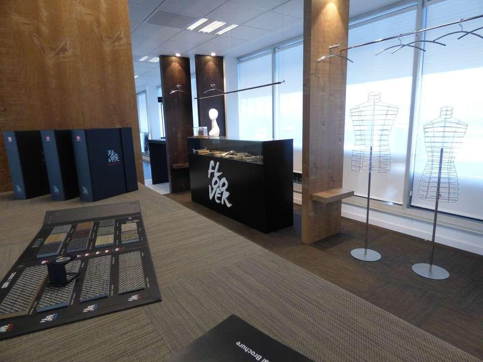 Showroom Floover: Oficinas y Comercios de estilo  por Floover Latam