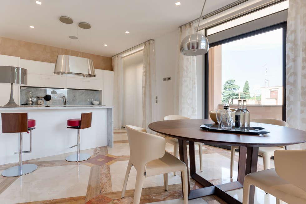 Un attico da mille e una notte...: Sala da pranzo in stile in stile Moderno di Gruppo Castaldi | Roma