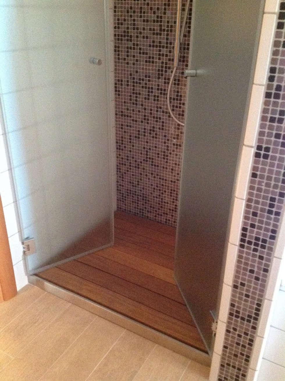 Box Doccia Battente : Bagno in stile in stile Moderno di SILVERPLAT