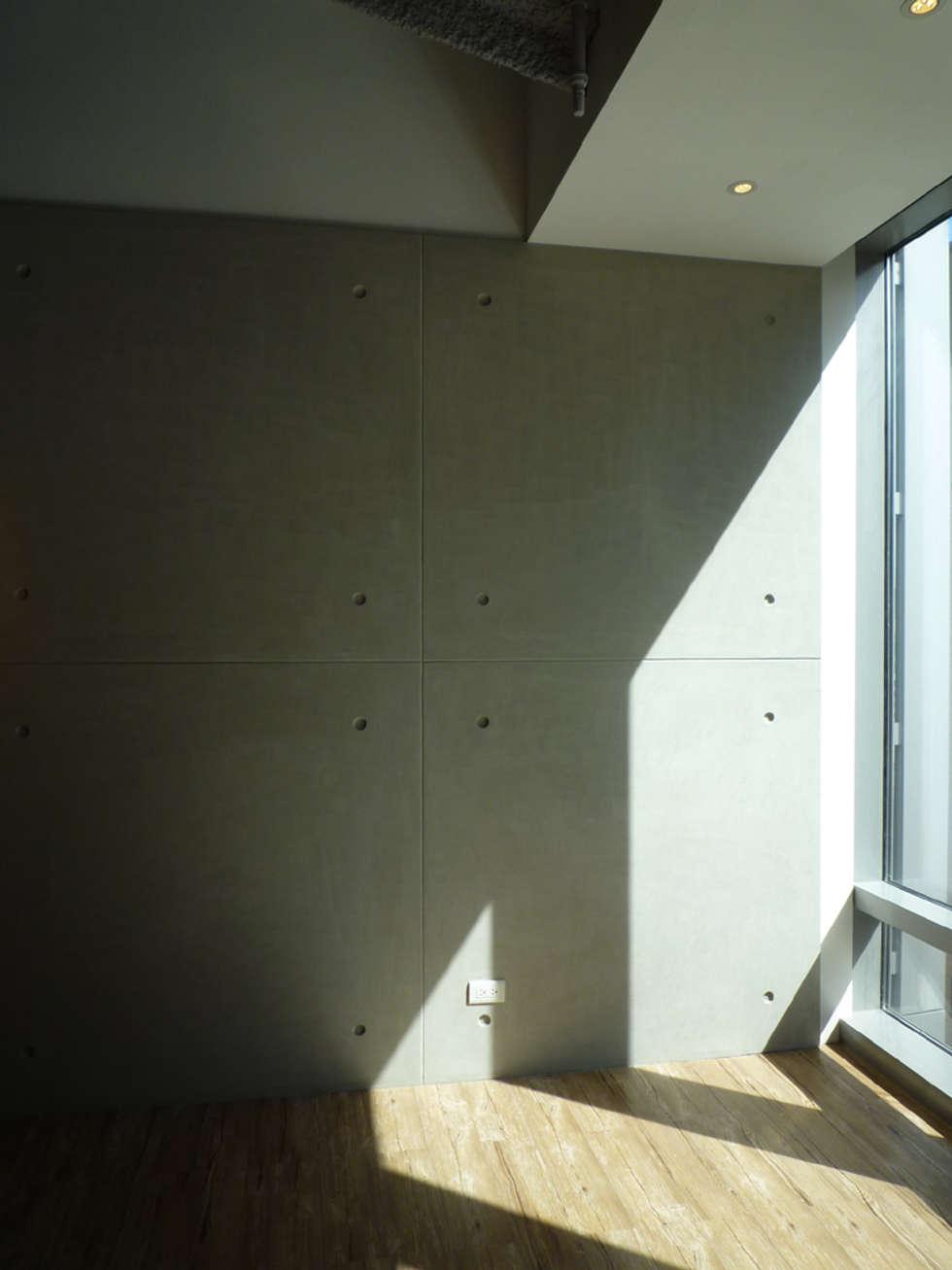 造型牆面:  辦公室&店面 by Hi+Design/Interior.Architecture. 寰邑空間設計