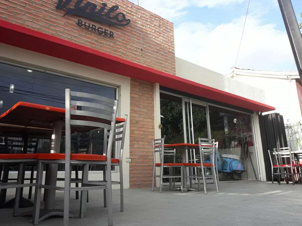 Elemento Horizontal y Detalles en Fachada Principal: Restaurantes de estilo  por Arq. Alberto Quero
