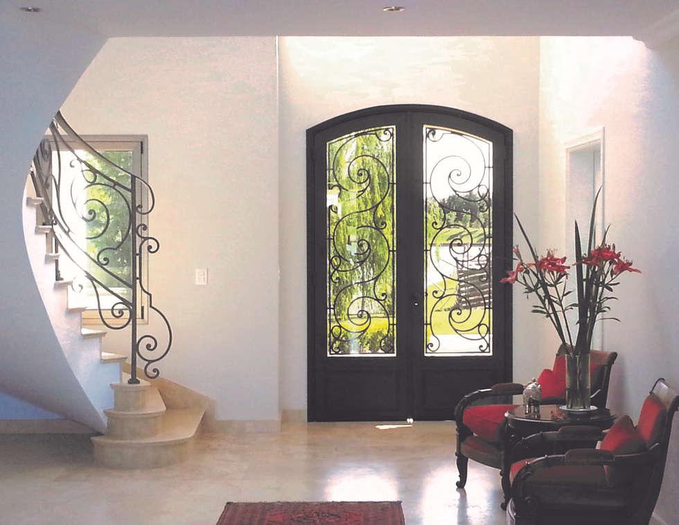 Puerta de entrada de hierro: Ventanas de estilo  por Del Hierro Design