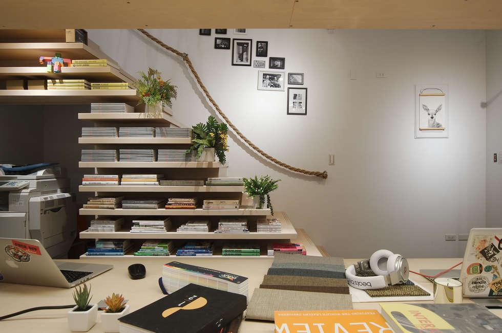 令人驚豔的樓梯書櫃。:  辦公室&店面 by 有偶設計 YOO Design