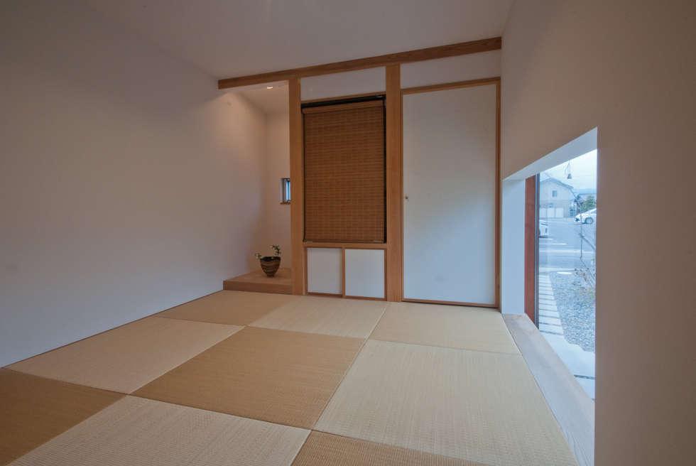 和室は4.5帖。床の間と仏間と押入: FrameWork設計事務所が手掛けた和室です。