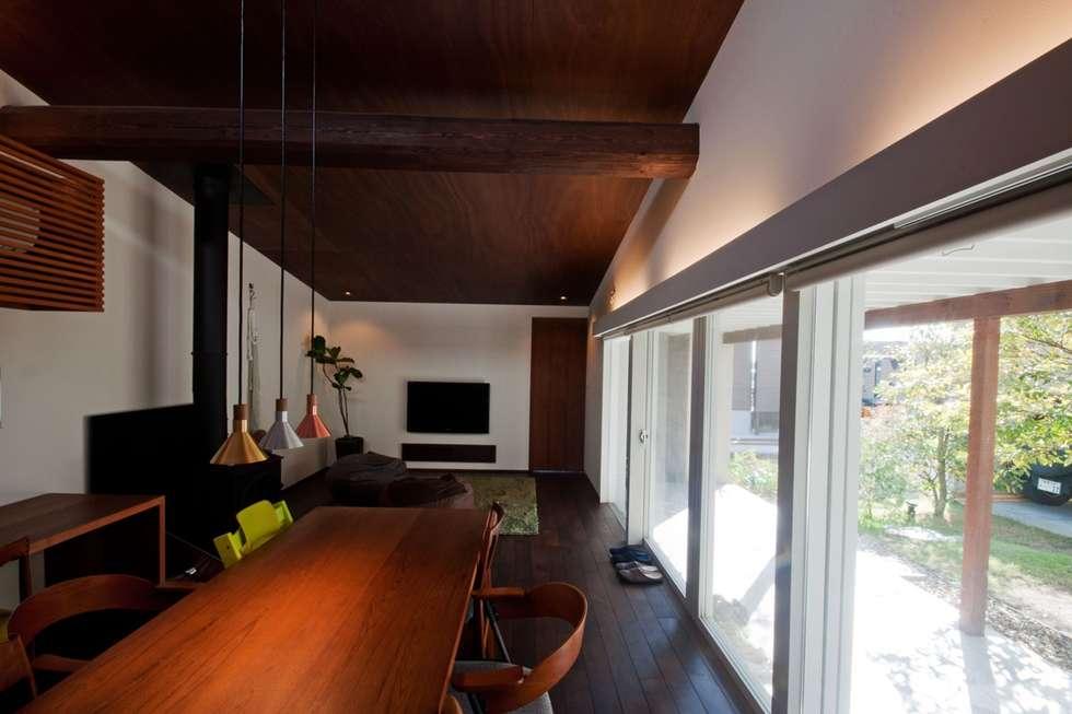 リビング・ダイニング 天井の板張りで落ち着きのある空間ができました。: FrameWork設計事務所が手掛けたダイニングです。