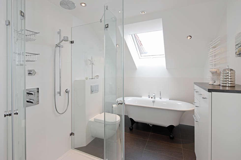 Helles frisches bad mit vintage stil badewanne minimalistische