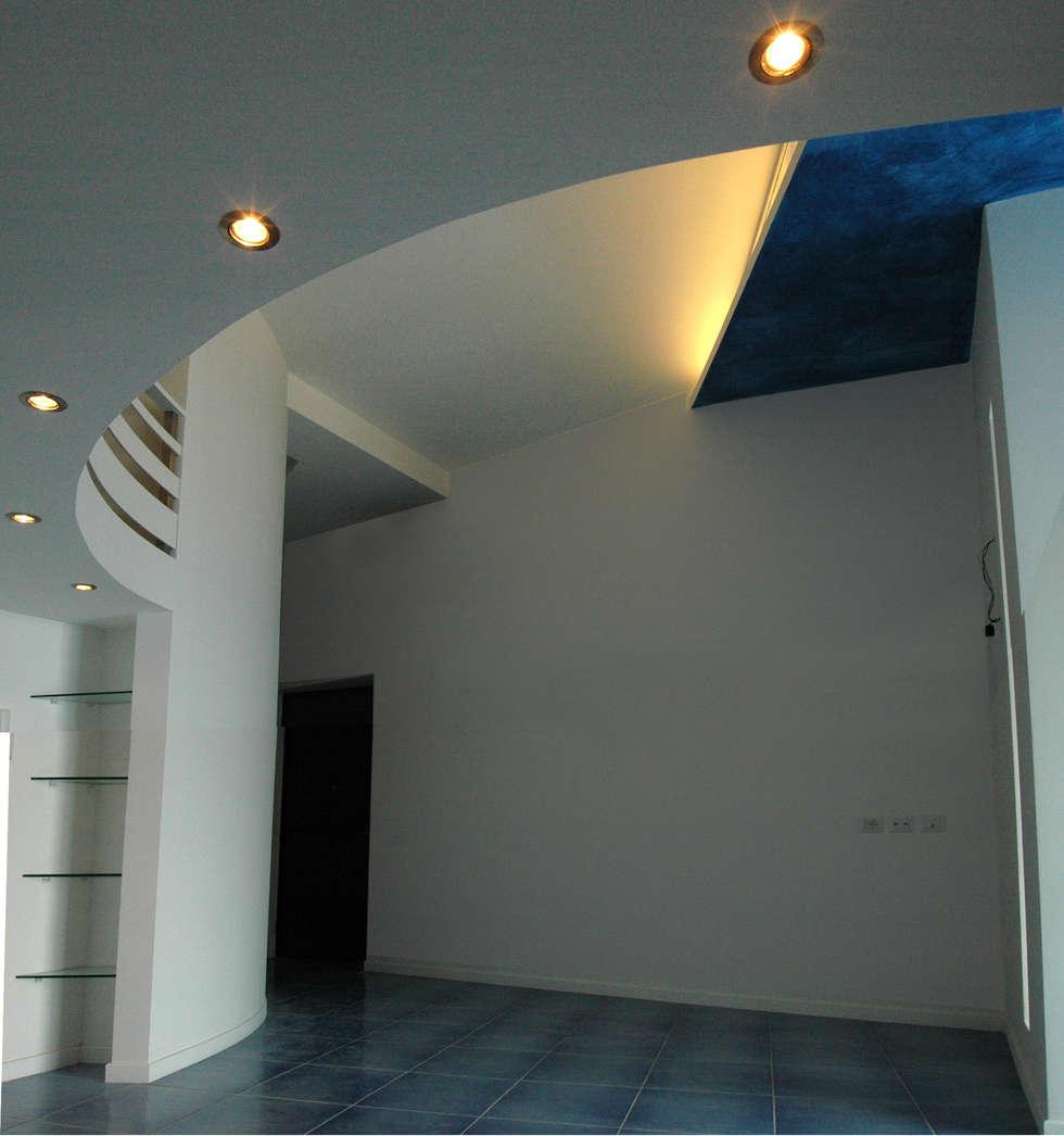 particolare ingresso soggiorno controsoffitto retroilluminato e soppalco: Soggiorno in stile in stile Moderno di Pecoramelloarchitetti