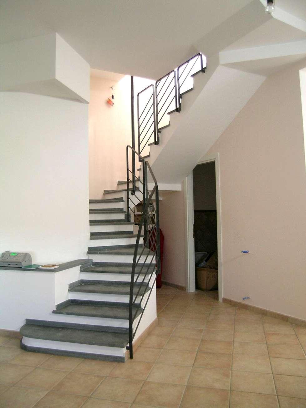 scala: Soggiorno in stile in stile Moderno di Pecoramelloarchitetti