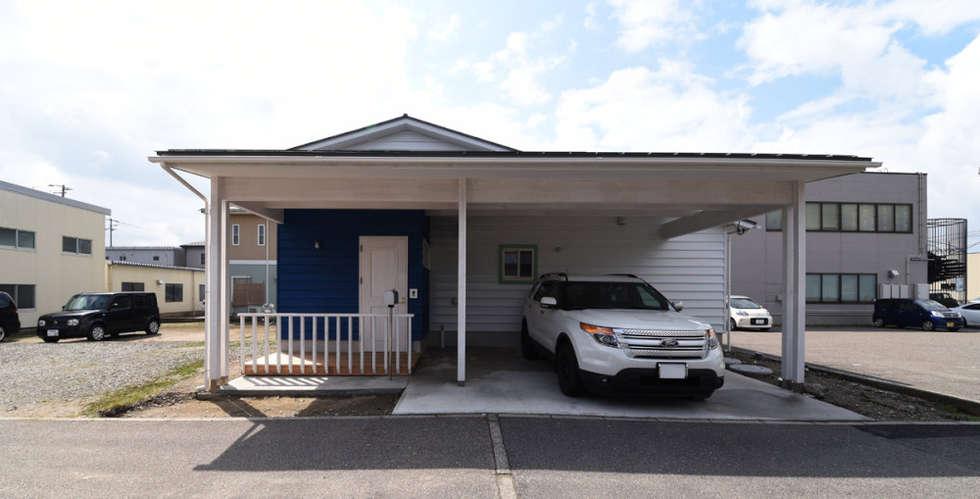 カーポートと一体になったエントランス: 加藤淳一級建築士事務所が手掛けた家です。