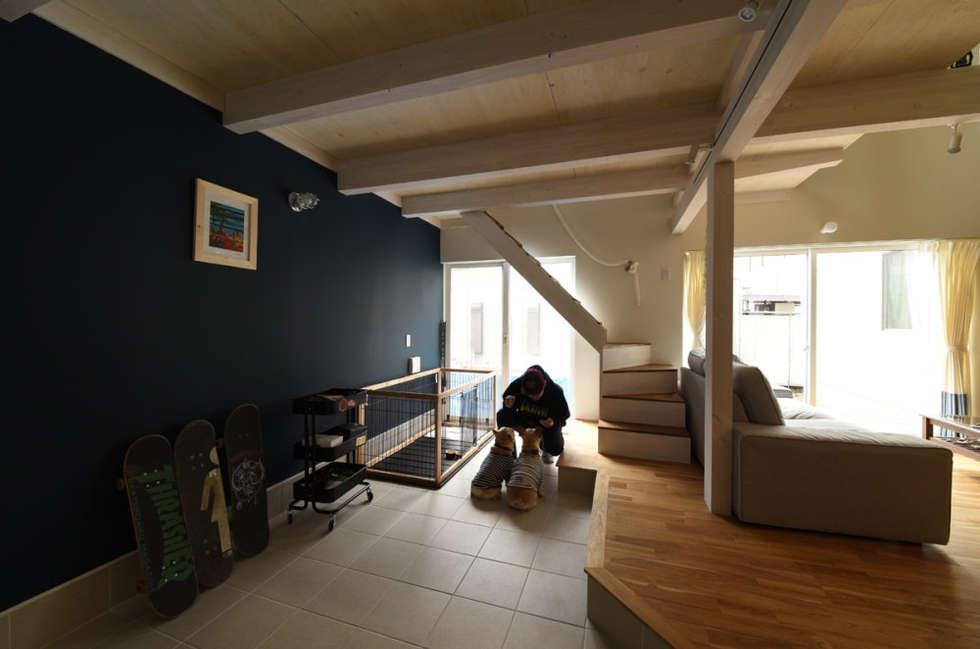 リビング土間: 加藤淳一級建築士事務所が手掛けた廊下 & 玄関です。
