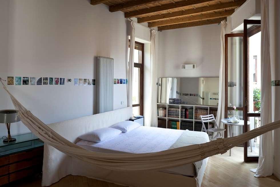 La Camera da Letto: Camera da letto in stile in stile Mediterraneo di Orsini Architects