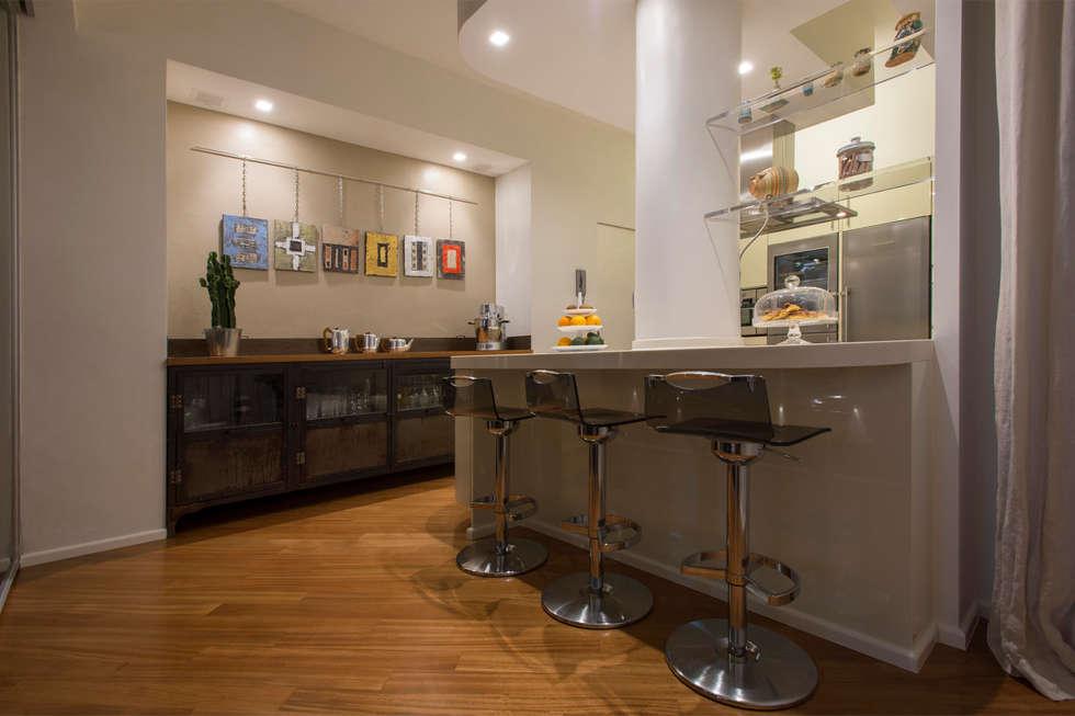 Vista della cucina con mobile su misura in ferro stile vintage ...