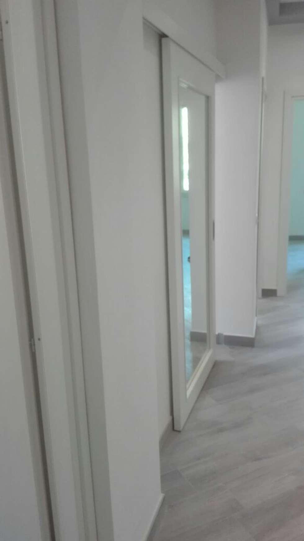 RISTRUTTURAZIONE APPARTAMENTO 2- post operam: Ingresso & Corridoio in stile  di HAPPY HABITAT - STUDIO DI ARCHITETTURA SABRINA AURELI