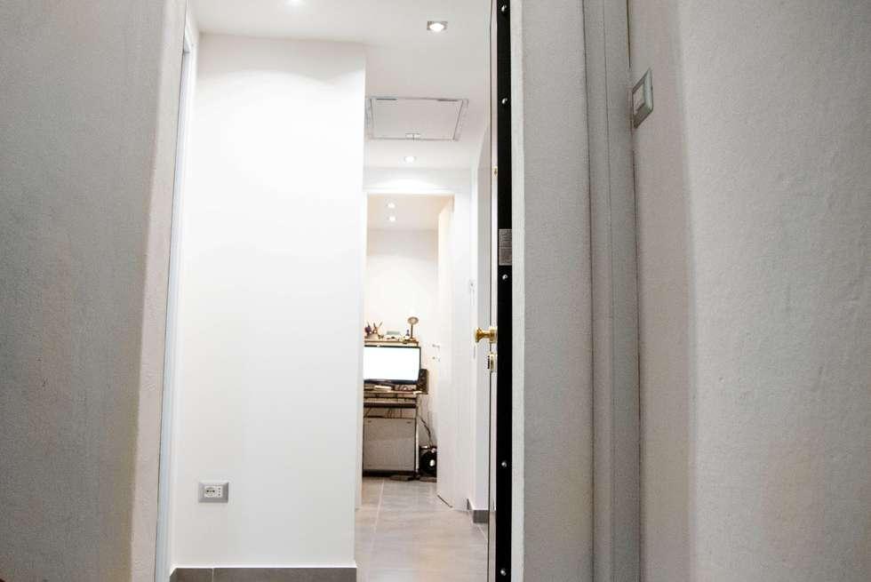 Ingresso: Ingresso & Corridoio in stile  di Luca Alitini