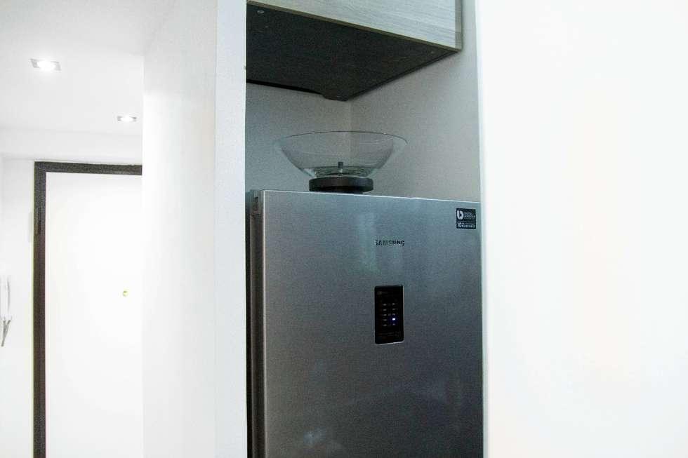 Nicchia frigo: Ingresso & Corridoio in stile  di Luca Alitini