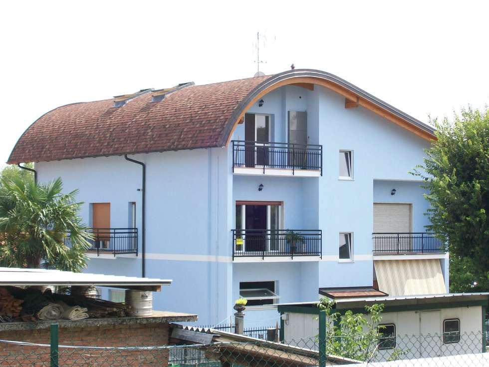 Ristrutturazione con rifacimento copertura e recupero sottotetto: Case in stile in stile Moderno di Architetto Manuel Tonolini