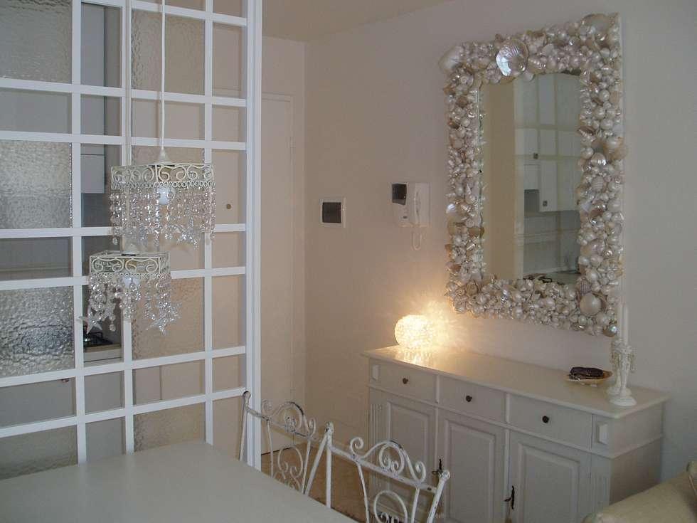 Ingresso con credenza bianca e specchio con conchiglie - Specchio con conchiglie ...