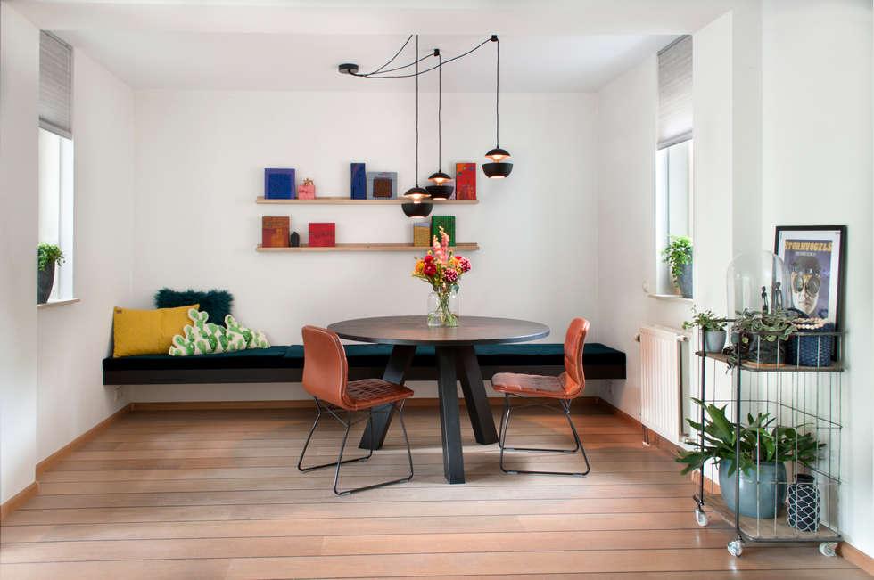 Ronde eettafel in huiskamer: moderne Woonkamer door IJzersterk interieurontwerp