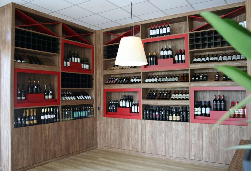 Cantina espositore vini per enoteca con mescita fatta su misura : Bar & Club in stile  di Semprelegno