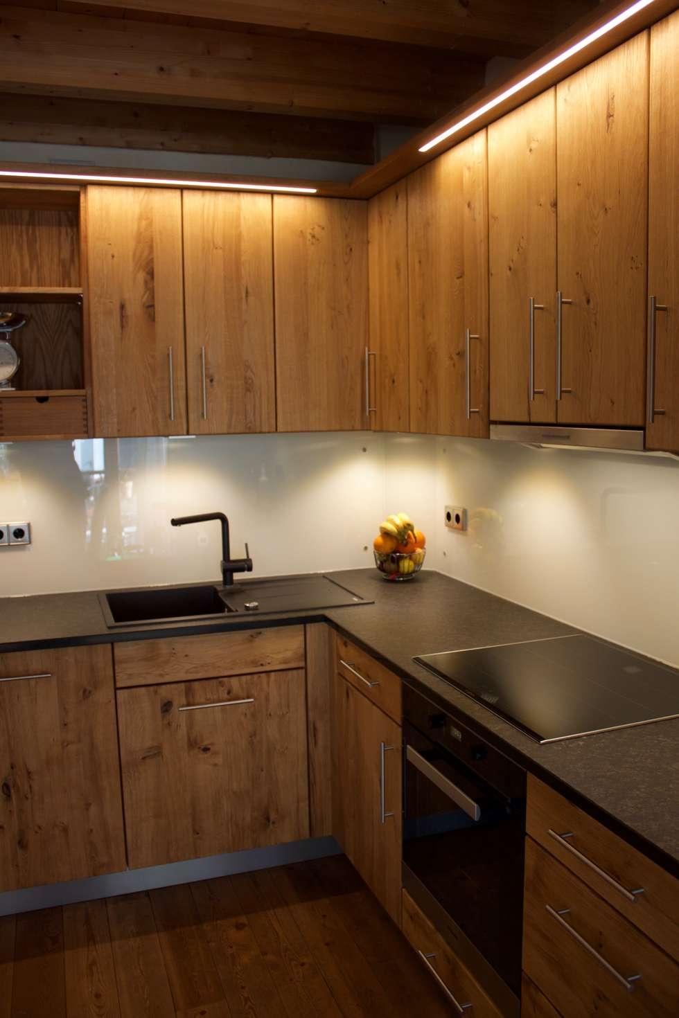 Raumhohe massivholzküche in eiche wildholz mit granit-arbeitsplatte ...