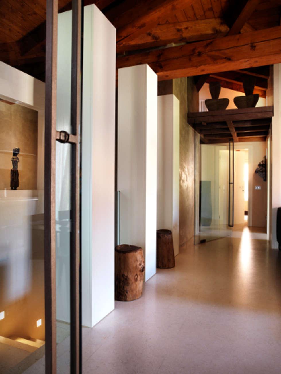 Corridoio con soppalco: Ingresso & Corridoio in stile  di Daniele Franzoni Interior Designer - Architetto d'Interni