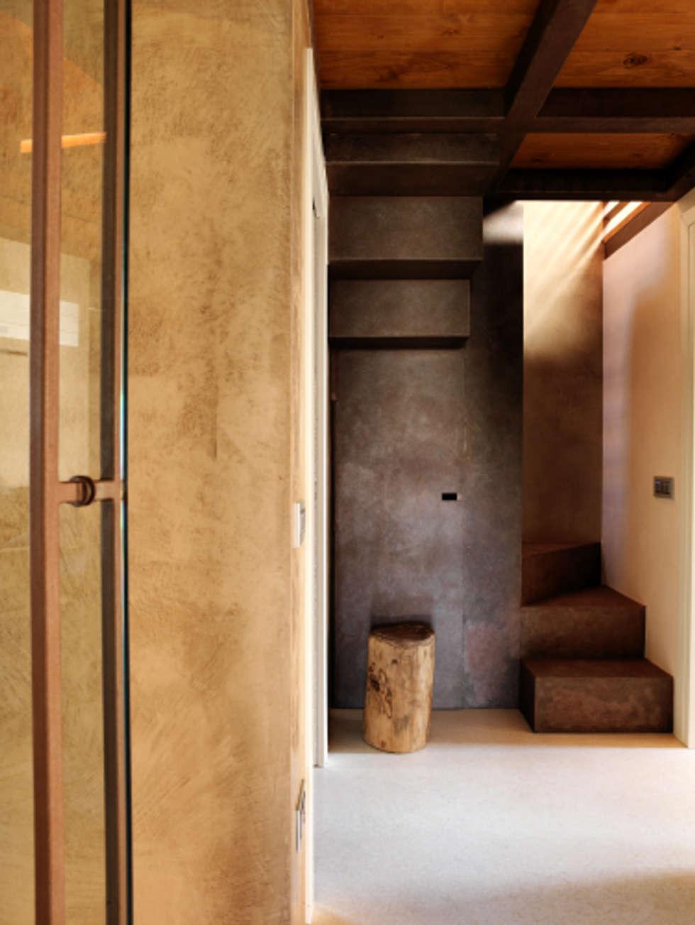 Corridoio con scaletta soppalco: Ingresso & Corridoio in stile  di Daniele Franzoni Interior Designer - Architetto d'Interni