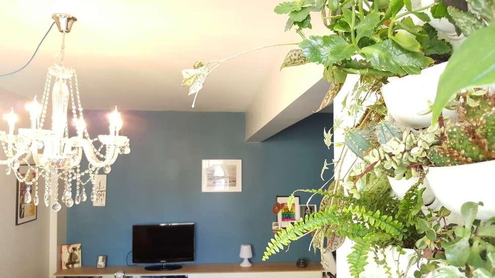 Un souffle de fraîcheur sur cet appartement du 19e: le salon: Salon de style de style Moderne par Joseph Vithaya