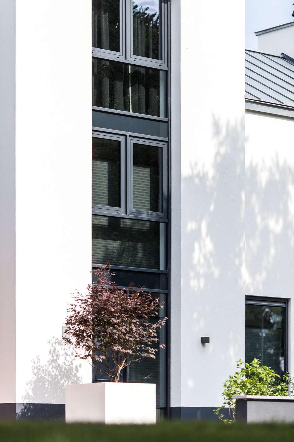 Voorgevel - glas:  Villa door Bob Romijnders Architectuur & Interieur