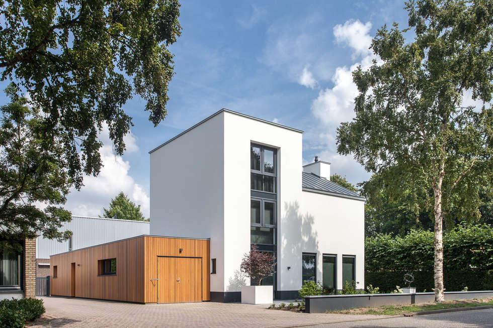 Voorgevel moderne villa:   door Bob Romijnders Architectuur & Interieur
