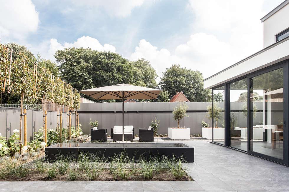 Tuinontwerp - moderne villa:   door Bob Romijnders Architectuur & Interieur