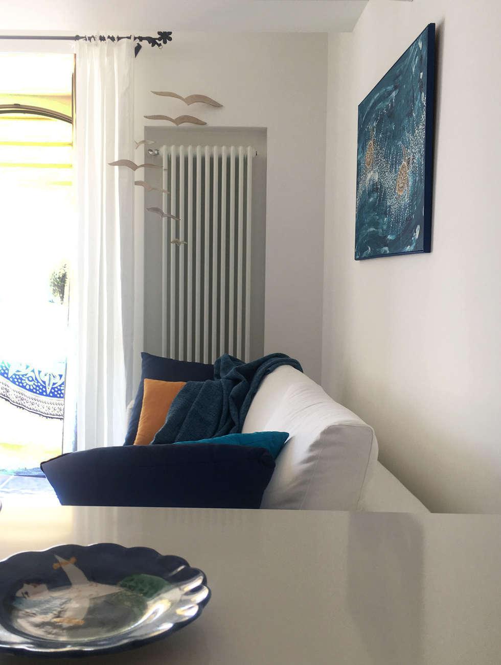 Casa a Positano - Soggiorno: Soggiorno in stile in stile Mediterraneo di archielle