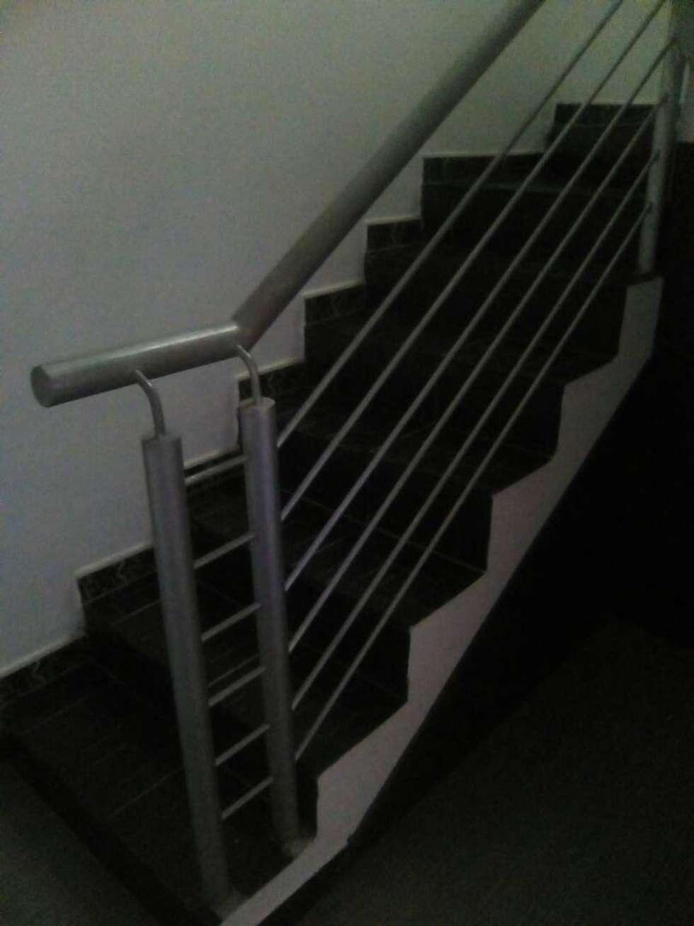 Barandas para escaleras.: Pasillos y vestíbulos de estilo  por omarfranco57