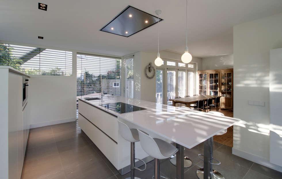 interieur R te Maastricht: moderne Keuken door CHORA architecten