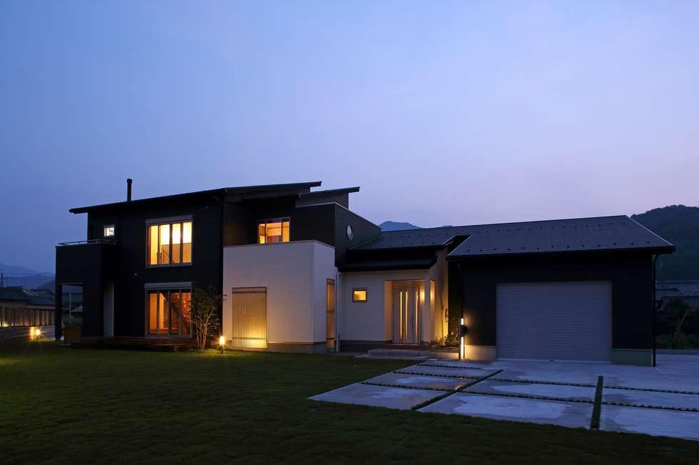 (仮称)暮らしを育むインナーガレージと土間のある和モダンコートハウス: やまぐち建築設計室が手掛けた木造住宅です。