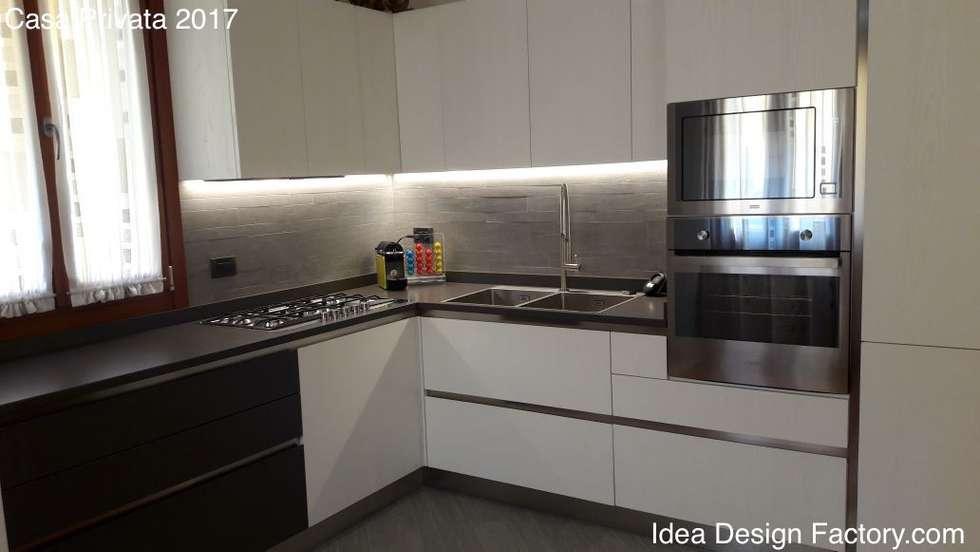 Vista cucina con led sottopensile: Cucina attrezzata in stile  di Idea Design Factory