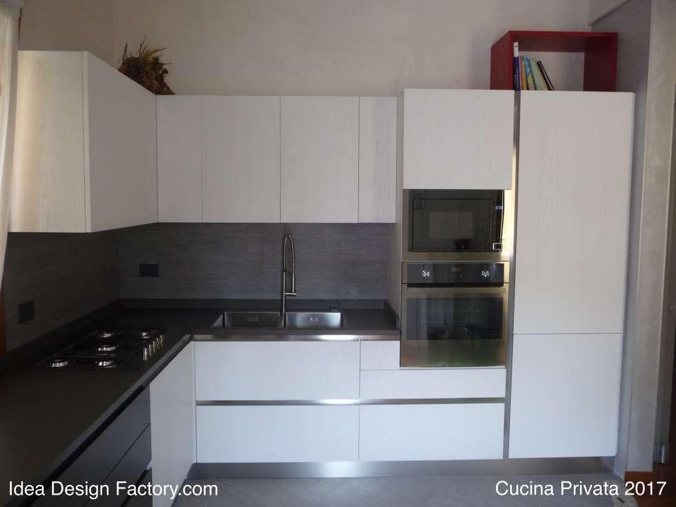 Vista cucina: Cucina attrezzata in stile  di Idea Design Factory