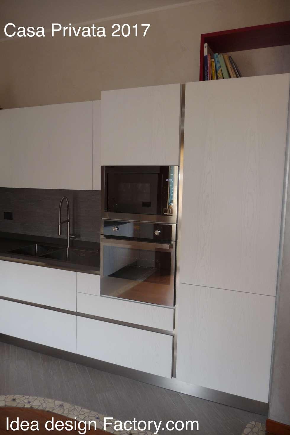 Particolare cucina zona colonne: Cucina attrezzata in stile  di Idea Design Factory